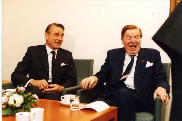 Johannes Virolainen ja Mauno Koivisto löysivät hauskaa muisteltavaa Virolaisen 80-vuotispäivillä. KUVA: IL-ARKISTO