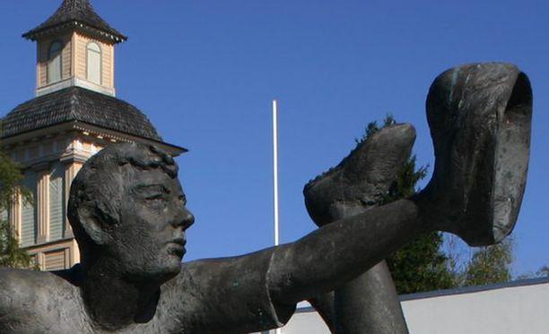 Vimpelin Pesäpallo-patsas edustaa suomalaista urheiluveistoperinnettä.
