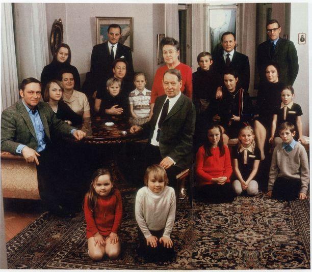 Herlinien sukukuva on otettu Thorsvikin kartanon salissa vuonna 1971.
