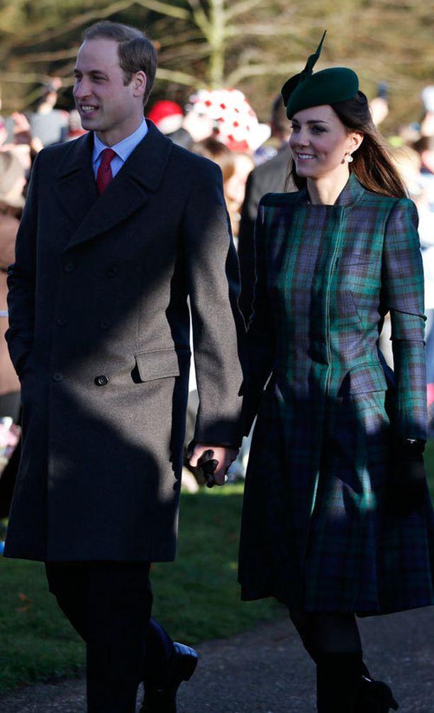 Catherine oli pukeunut ylleen brittimerkki Alexander McQueenin tartan-kuosisen takin.