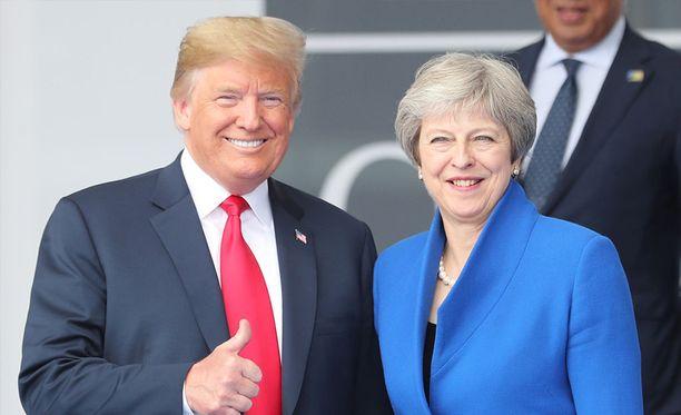 Donald Trump ja Theresa May poseerasivat Nato-kokouksessa ennen valtiovierailua Britanniaan.