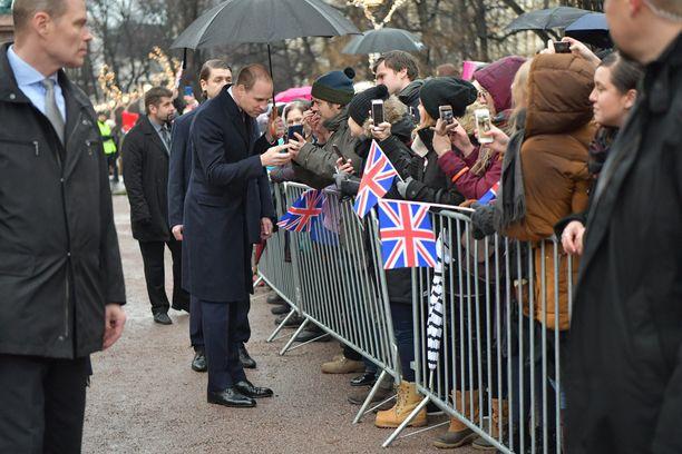 Prinssi tervehti kansaa lähietäisyydeltä.