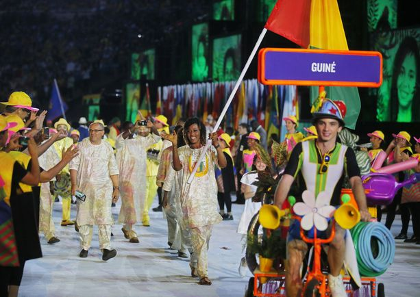 Guinean judoka Mamadama Bangoura kantoi maansa lippua Rio de Janeiron olympialaisissa 2016.