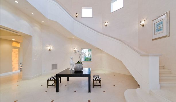Talon virtaviivainen aulatila ja portaat yläkertaan.