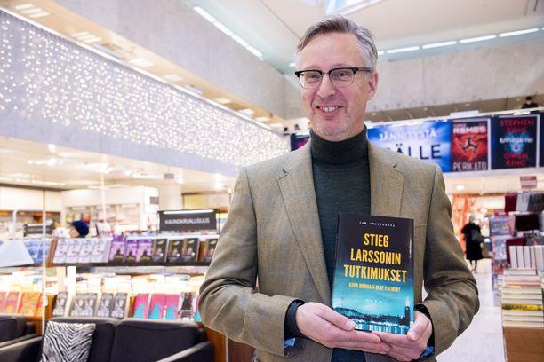 Jan Stocklassa antaa kirjassaan kaiken kunnian Stieg Larssonin Palme-murhatutkimuksille, joita hän itse jatkoi yli 8 vuotta.