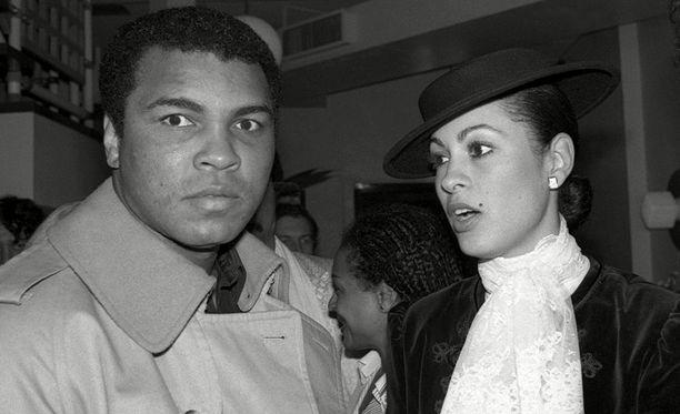 Muhammad Ali esitteli Veronica Porchen vaimonaan Filippiinien presidentinpalatsissa.