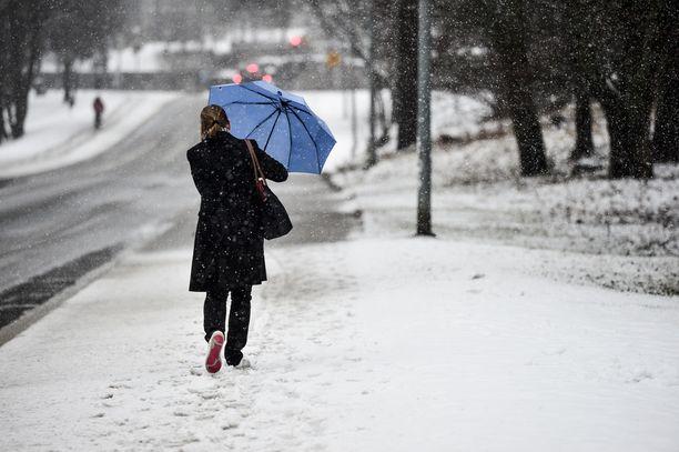 Aatonaattona lähes koko maahan on odotettavissa lumi-, räntä- ja vesisateita. Arkistokuva.