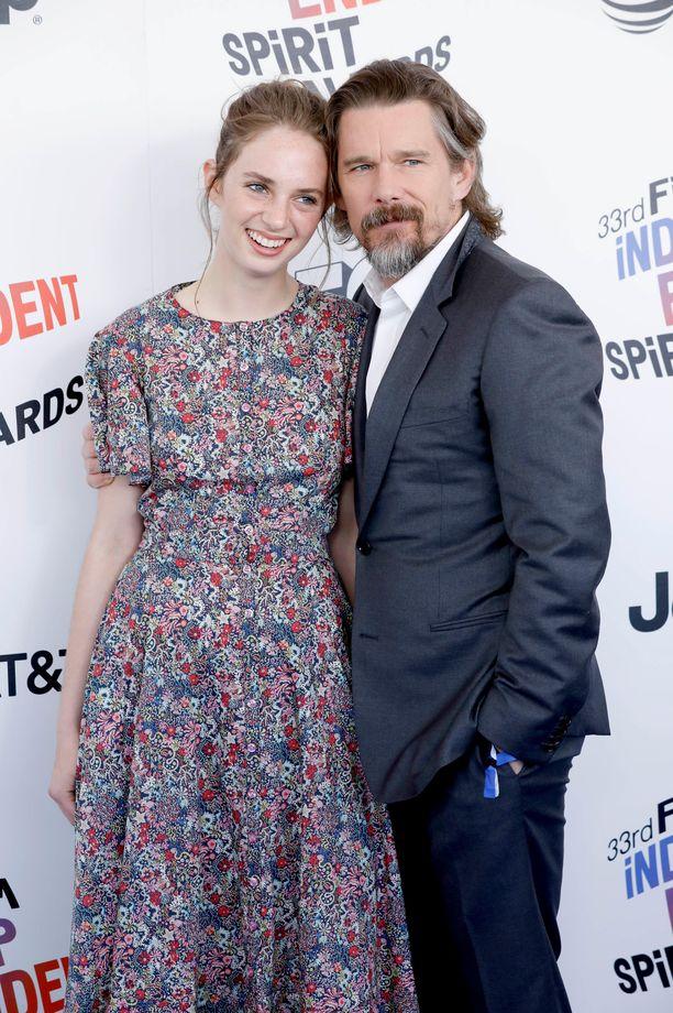Maya ja isänsä Ethan Film Independent Spirit Awards -gaalassa keväällä 2018.