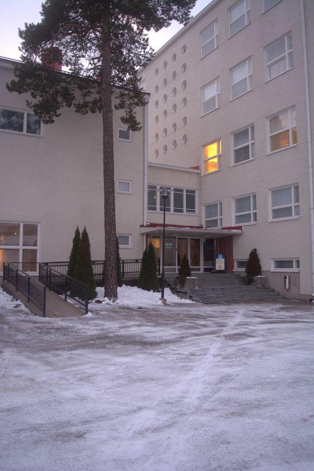 Talvinen keskiviikkoaamu päättyi selittämättömään väkivallantekoon Raumanmeren koulussa vuonna 1989. Kaksi nuorta koululaista käveli tästä ovesta elämänsä viimeisen kerran ennen kello kahdeksaa.