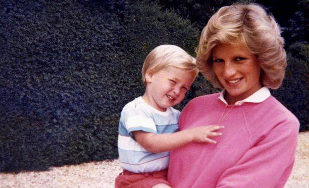 Prinssi William äitinsä sylissä.