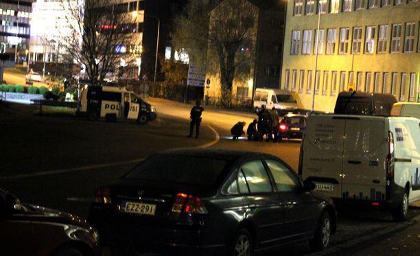 Poliisi otti Helsingin Pitäjänmäessä päivystäneen miehen kiinni. Kiinniotto sujui rauhallisesti.