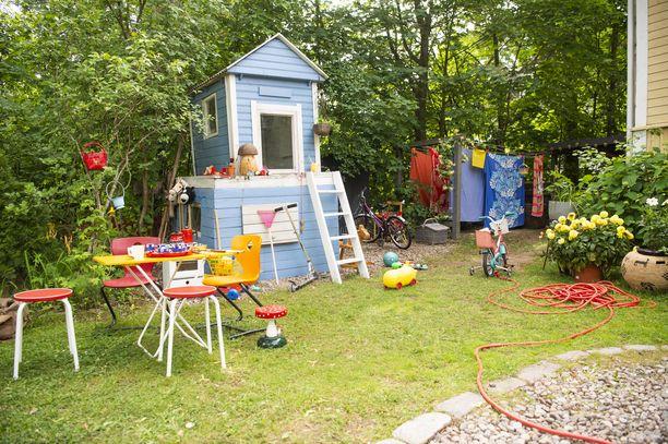 Puutarha kätki sisäänsä myös värikylläisen lasten leikkialueen.