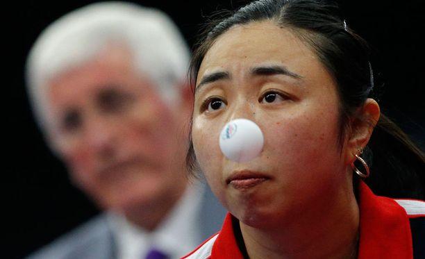 """Yanfei Shen ja pingispallo """"nenässä""""."""