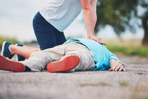 Pelkkä painelukin auttaa ensihoidon tuloon saakka.