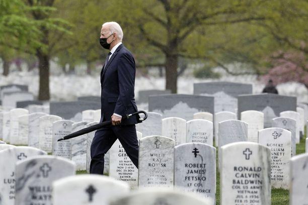 Yhdysvaltojen presidentti Joe Biden Arlingtonin hautausmaalla sen jälkeen, kun hän ilmoitti Yhdysvaltojen joukkojen vetämisestä Afganistanista.