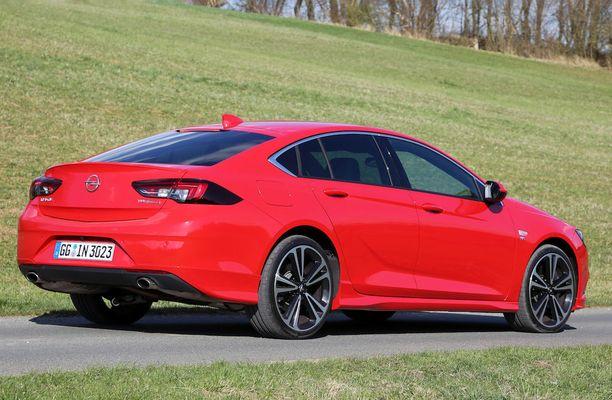 """Luukku avataan Opel-logosta. Takavalojen """"tuplakoukut"""" eivät pala huomiovaloasennossa."""