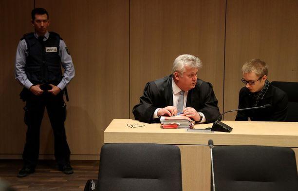 Marcel Hesse keskusteli Bochumin oikeudessa asianajajansa Michael Emden kanssa.