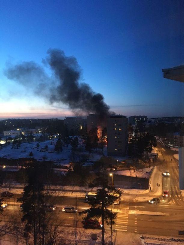 Kerrostalon roskakatos oli tulessa Helsingin Kontulassa.