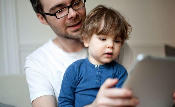 Tarjoilija on huomannut, että lapsi saa usein leikkiä iPadilla koko ruokailun ajan.