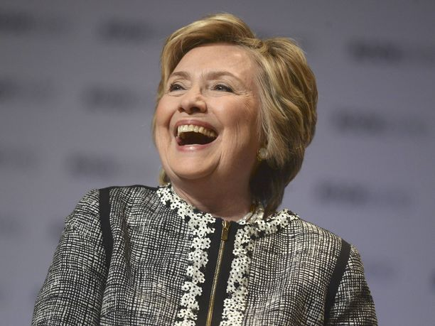 Yhdysvaltain ex-ulkoministeri Hillary Clinton vitsailee Donald Trumpin kustannuksella.