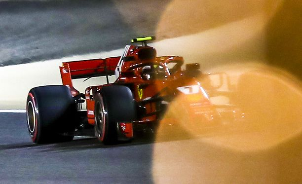 Kimi Räikkönen oli toiseksi nopein. Tallikaveri Sebastian Vettel vei paalupaikan.