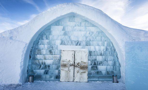 Jukkasjärven jäähotellin hyisissä tiloissa voi nukkua myös kesällä.