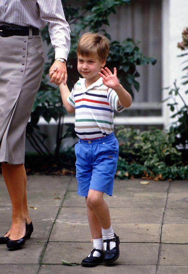 Näin maailmanmiehen elkein prinssi William heilutti äitinsä käsipuolessa vuonna 1987.