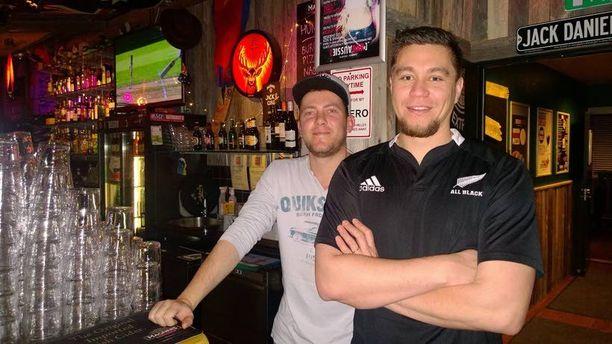 Aussie-baarin työntekijät Robbie Erasmus ja Fred Harrison, jotka näkivät baarissa kadonneen torstaina illalla. Robbien on myös Etelä-Afrikasta kotoisin ja Fred Uudesta-Seelannista.