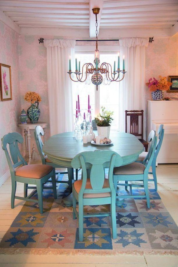 Tuvan sininen ruokapöytä on lahja ystävältä.