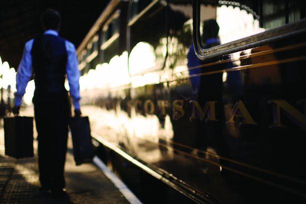 Luksusjunan henkilökunta pitää huolen matkatavaroista.