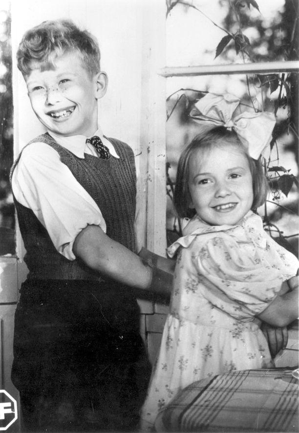 Lapsenkasvoisuudestan huolimatta Lasse Pöysti oli 14-vuotias filmatessaan ensimmäisen viidestä Suomisen perhe -aiheisesta elokuvasta.