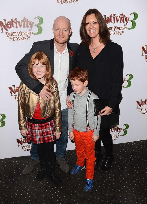 Näyttelijä Jake Wood tunnetaan roolistaan Max Branningina EastEnders-brittisarjassa. Kuvassa Wood perheensä kanssa vuonna 2014.