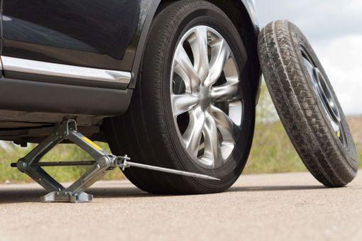 Jos ryhdyt korjaamaan rengasta tien päällä, sijoita tunkki sille varattuun kohtaan ja tue renkaita niin, ettei auto pääse liikkumaan.