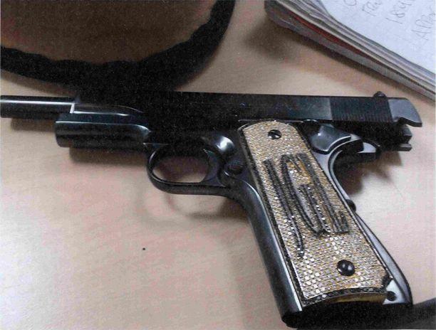 El Chapon aseessa oli hänen nimikirjaimensa.
