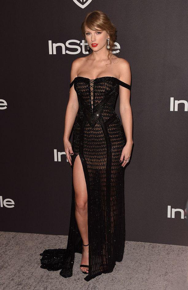 Versacen iltapuku paljasti Taylor Swiftin upeat sääret.