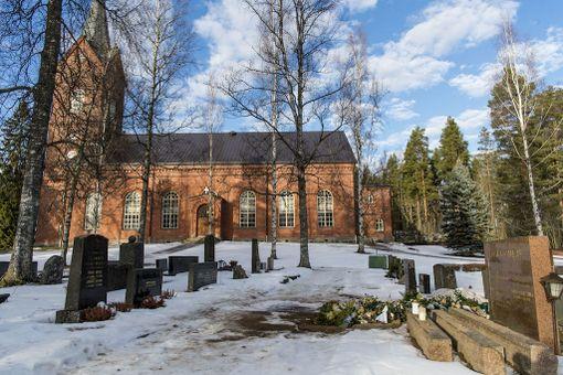 Timo T.A. Mikkosen sukuhautapaikalta on komeat näkymät Mäntsälän kirkon suuntaan.