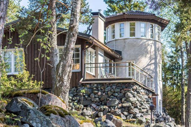 Torni on kiveä ja muut asuintilat puuta.