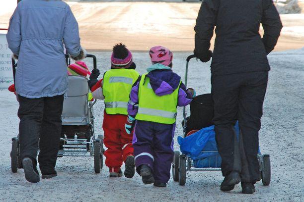 Lastenhoitaja tuomittiin kolmen pikkulapsen pahoinpitelystä.