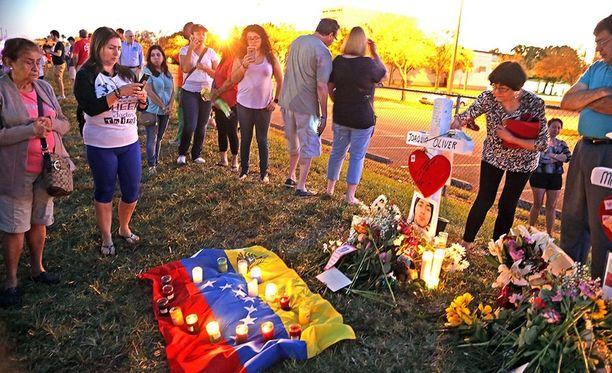 Floridan kouluampumisessa sai surmansa 14 oppilasta ja kolme opettajaa.
