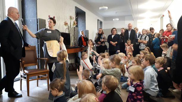 Työministeri Jari Lindström sai perjantaina vastata muun muassa kysymykseen koirien taivaspaikoista sekä opetella floss-tanssia.