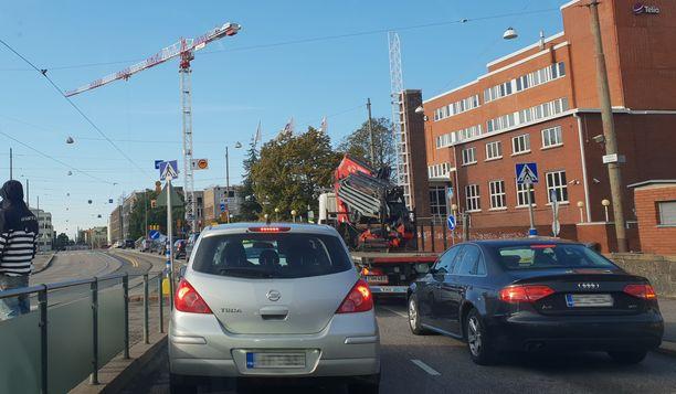 Arkiaamu Sturenkadulla. Keskustaan pyrkivä liikenne ahtautuu samalle kaistalle, koska toinen kaista on suljettu.