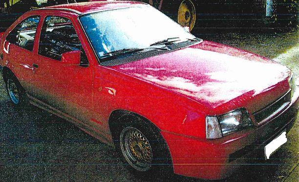 Poliisi pyytää havaintoja myös tästä punaisesta, vuosimallin 1988 Opel Kadett -henkilöautosta ja sen liikkeistä erityisesti Joensuun ja Ilomantsin alueella.