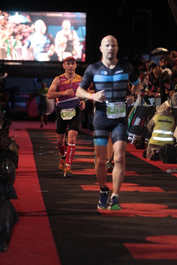 Juha Kallioinen pelkäsi, että joutuu lopettamaan liikuntaharrastuksen. Toisin kävi. Viisi kuukautta leikkauksesta hän juoksi Ironman-kisan loppuun asti.