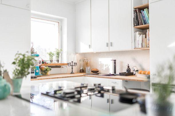 1950-luvun keittiökaapit saivat jäädä paikalleen remontin yhteydessä. Välitilaan on valittu aikakauden tyyliin sopivaa kuusikulmaista laattaa.