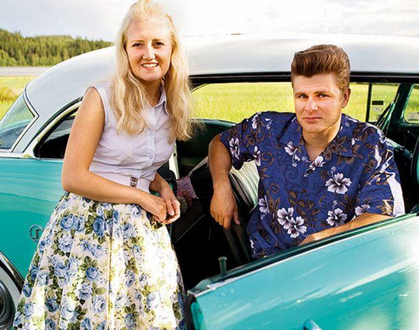 Marianne ja Samuli ovat 50-luku-faneja. Buick kuljettaa mukavasti kesäiltoina.