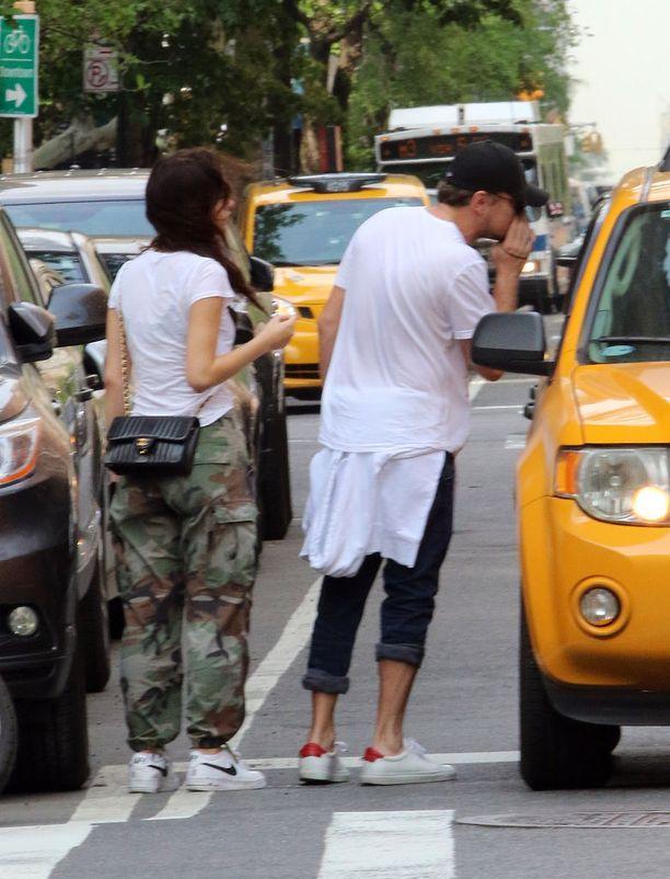 Pariskunta yritti saada kadulta taksia päästäkseen tapaamaan malli Hailey Baldwinia.