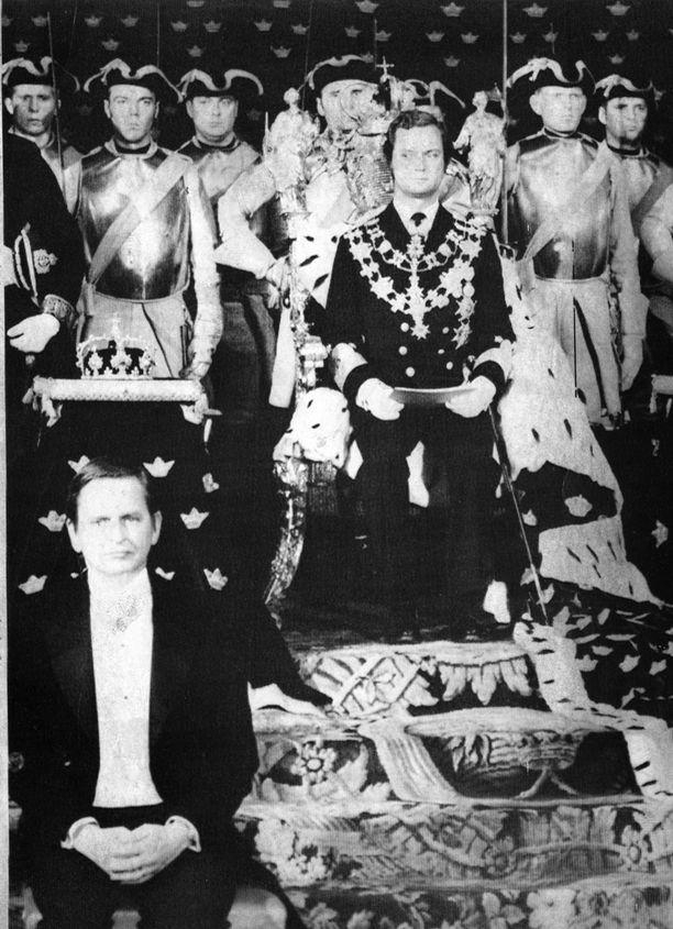 Kaarle Kustaa istui kuninkaan valtaistuimelle vuonna 1973. Etualalla pääministeri Olof Palme.