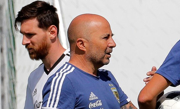 Jorge Sampaolin (etualalla) luottamus on murentunut, eikä Messistä (takana) ole valmentajan tueksi.