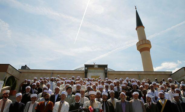 Itävaltalaisia imaameja kerääntyneenä moskeijan eteen Wienissä vuonna 2017.