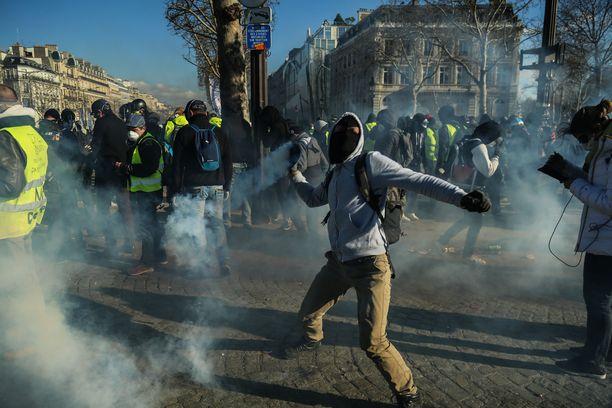 Väkivaltaisuudet leimasivat viikonloppuisia mielenosoituksia Pariisin paraatikadulla.